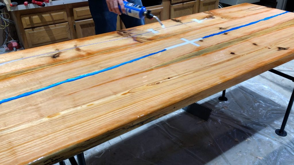 how to make a rustic table with epoxy resin - torch to remove bubbles