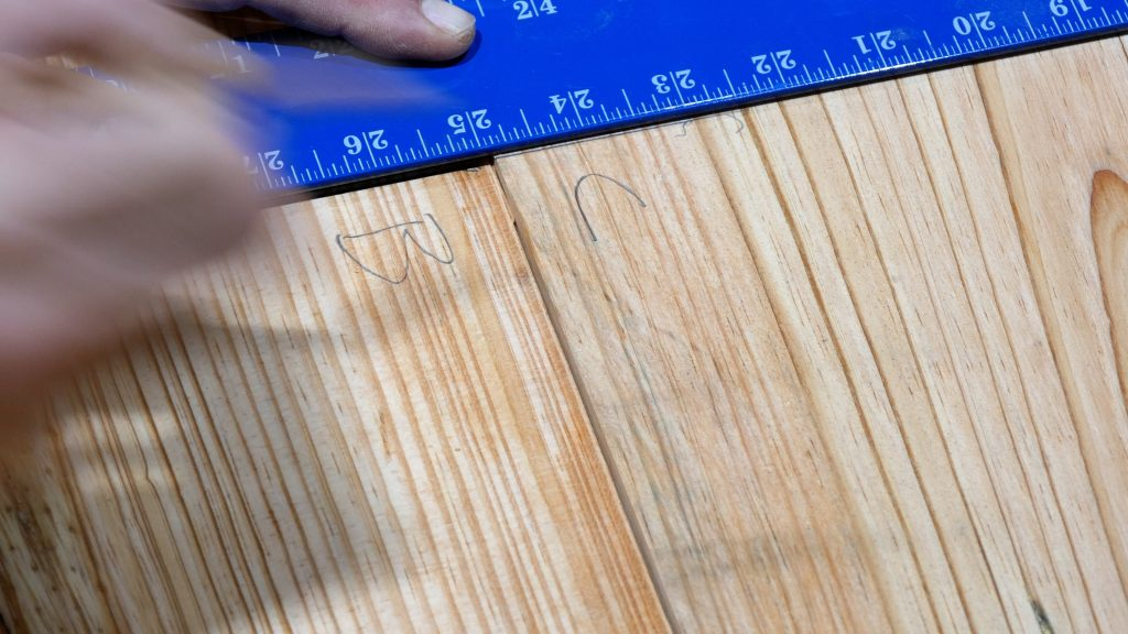 How to Make a Rustic Table with Epoxy Resin - Mark Dowels