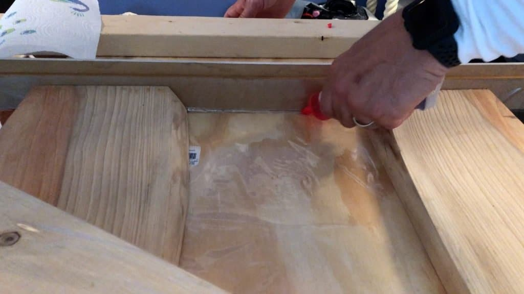 seal an epoxy resin mold with silicone caulk
