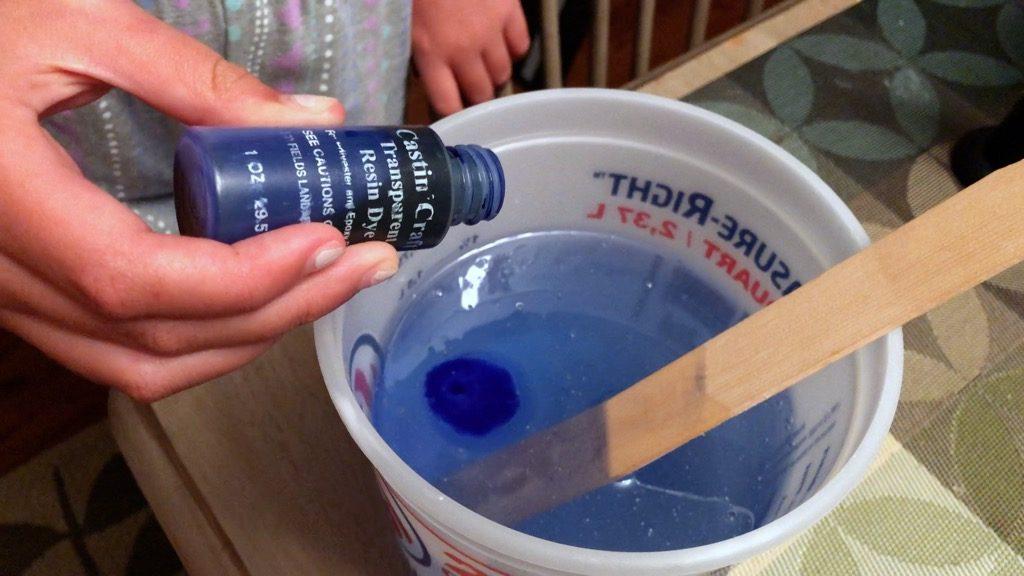 Adding blue transparent resin dye